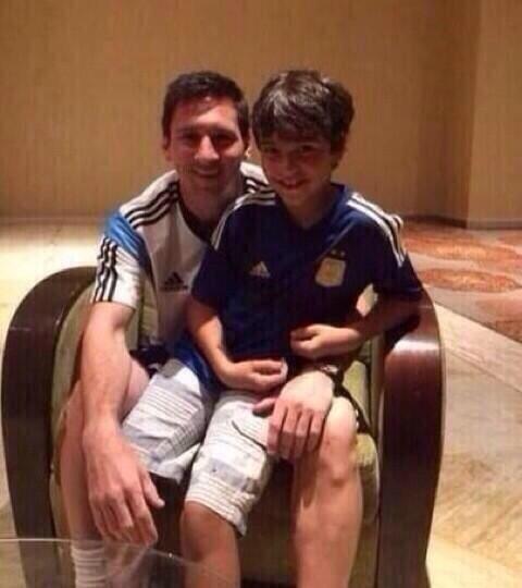 Messi chụp hình chung với cậu bé gây bão