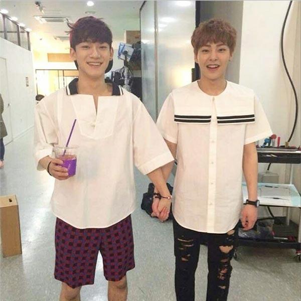 """Xiumin khoe hình cực tình cảm với Chen: """"Đây là ngày mà tôi nắm tay Chen Chen"""""""