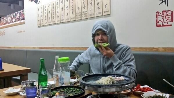 """Hoya (Infinite) khoe hình đang bận rộn """"chén"""" hết đồ ăn"""