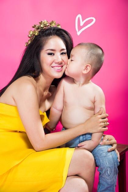 """Sau những đổ vỡ trong hôn nhân, giờ đây, đối với Lê Phương, cậu con trai là """"tài sản"""" quý giá nhất đối với cô.Lê Phương đã đăng bức ảnh rất hạnh phúc khi con trai đang hôn vào má, đi kèm với bức ảnh là dòng chú thích: """"Cảm ơn vì con đến bên mẹ""""."""