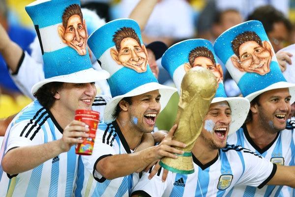 Các CĐV Argentina trang bị Cup vàng và những chiếc nón in hình siêu sao số một: Lionel Messi.