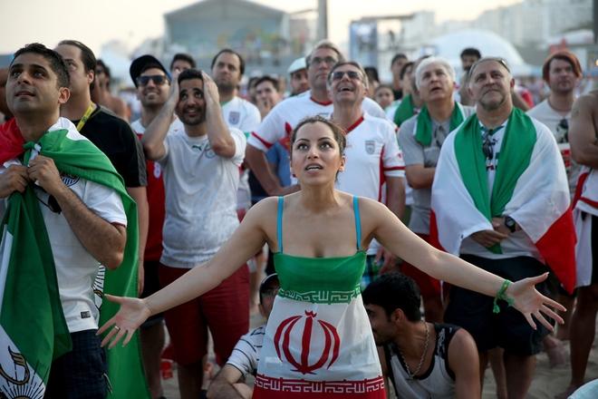 Tấm ảnh có hồn cho thấy sự tập trung và tình yêu bóng đá của các CĐV Iran.