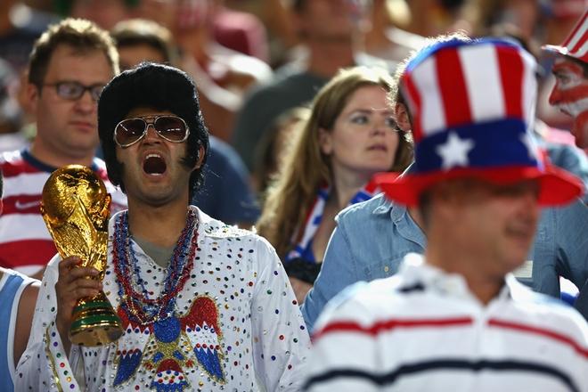 """Elvis Presley, niềm tự hào của người Mỹ """"sống lại"""" trên các khán đài Brazil."""