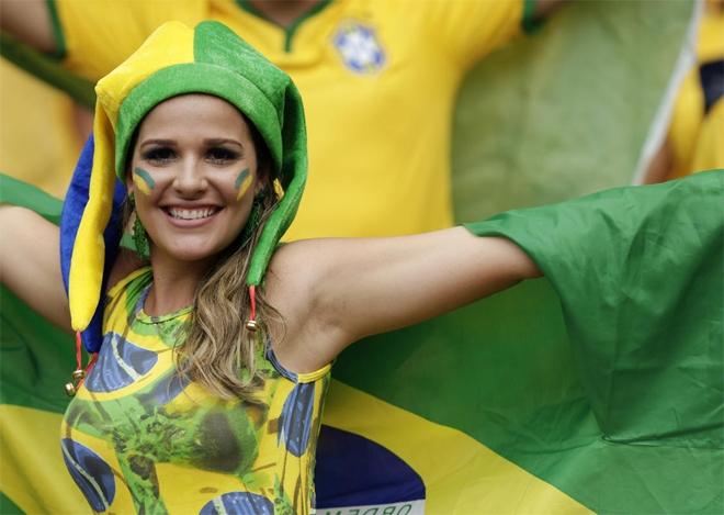 Không cần cầu kỳ, nữ CĐV của Brazil cũng đủ hấp dẫn người đối diện.