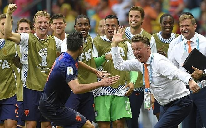Thầy trò Louis Van Gaal - Robin van Persie đập tay sau bàn gỡ 1-1 trong trận Hà Lan - Tây Ban Nha. Màn chia vui này truyền cảm hứng cho mọi thành viên còn lại của tuyển Hà Lan.
