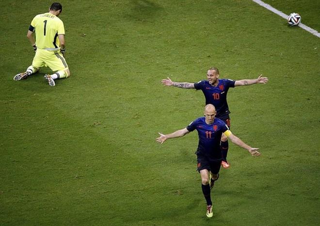 """Arjen Robben và Wesley Sneijder trở thành những """"người Hà Lan bay"""", trong khi thủ môn Iker Casillas quỳ xuống đầy cam chịu sau bàn ấn định chiến thắng 5-1 cho """"cơn lốc"""". Với chiến thắng này, Hà Lan không chỉ trả được mối hận thua Tây Ban Nha ở chung kết năm 2010 mà còn giáng cho đối thủ một đòn đau trên đường tìm vé đi tiếp."""