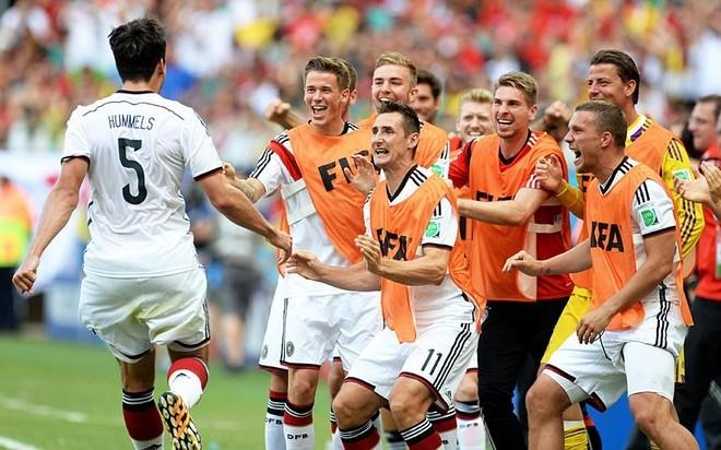 Trung vệ Mats Hummels chạy ào về phía băng ghế dự bị tuyển Đức để chia vui sau cú đánh đầu nâng tỷ số lên 2-0 vào lưới Bồ Đào Nha. Chạy ra chúc mừng cầu thủ mang áo số 5 có cả hai tiền đạo giàu thành tích trong màu áo Đức, Lukas Podolski và Miroslav Klose.
