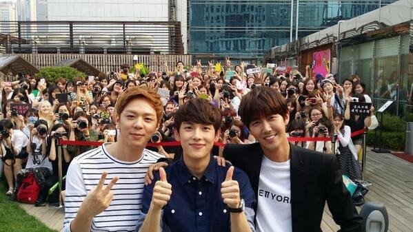 Siwan khoe hình chụp cùng fan và các thành viên ZE:A