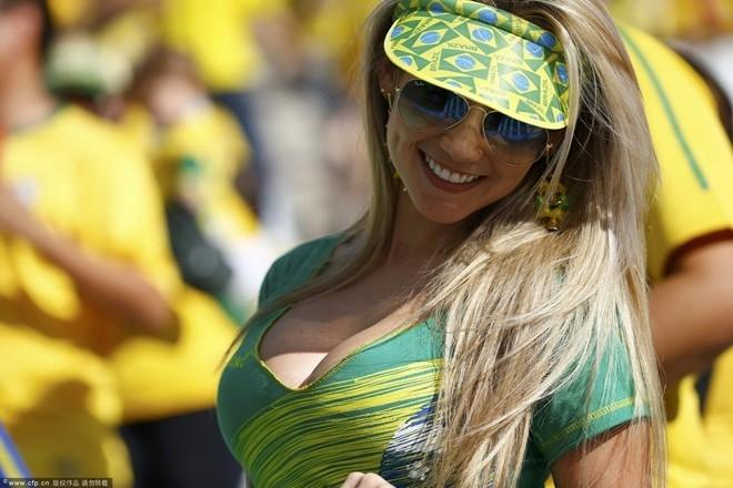 Xuất hiện tại đêm khai mạc World Cup, nữ cổ động viên người Brazil nhanh chóng thu hút hàng trăm ống kính máy quay bởi vẻ đẹp dịu dàng nhưng bốc lửa của mình. Cô gái lạ nhanh chóng trở thành hiện tượng World Cup được cư dân mạng săn lùng ráo riết.