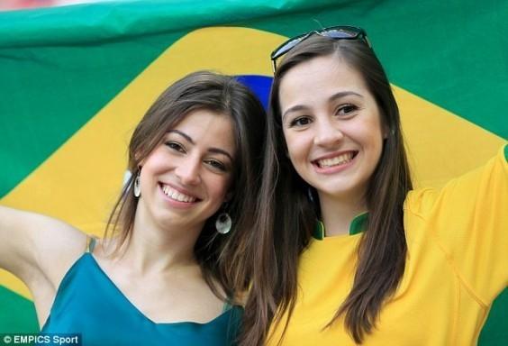 Trong màu áo vàng xanh truyền thống, những bóng hồng Brazil phủ kín và thiêu đốt khán đài giải đấu nóng nhất hành tinh.