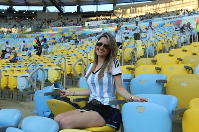 Không cần son phấn, fan nữ Argentina cũng khiến cánh mày râu chú ý.