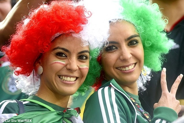 Hai bóng hồng trên khán đài của Mexico.