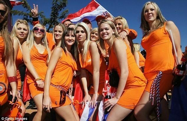 Dàn cổ động viên nóng bỏng của đội bóng màu da cam Hà Lan.