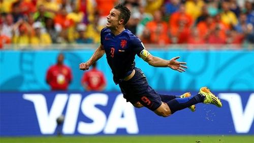 Động tác bay người đánh đầu kỳ dị của Van Persie. Ảnh: FIFA.