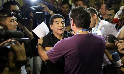 Maradona muốn sớm làm rõ vấn đề để ông có thể thưởng lãm trận cầu thứ hai của đội nhà tại World Cup ngày 21/6 này. Ảnh: Reuters.
