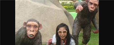Ảnh quá khứ Thủy Tiên chụp tại một khu công viên giải trí. Cô bắt chước tạo dáng giống như tượng của một chú khỉ trên bãi cỏ. - Tin sao Viet - Tin tuc sao Viet - Scandal sao Viet - Tin tuc cua Sao - Tin cua Sao