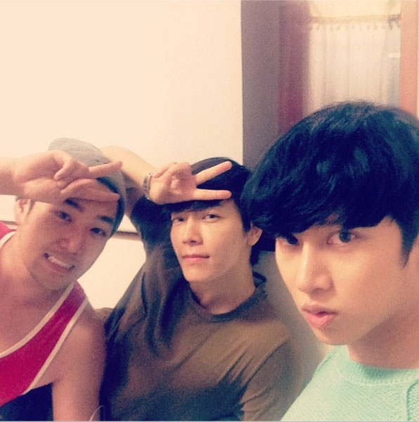 Donghae khoe hình tạo dáng thân thiết cùng Kang In và Heechul