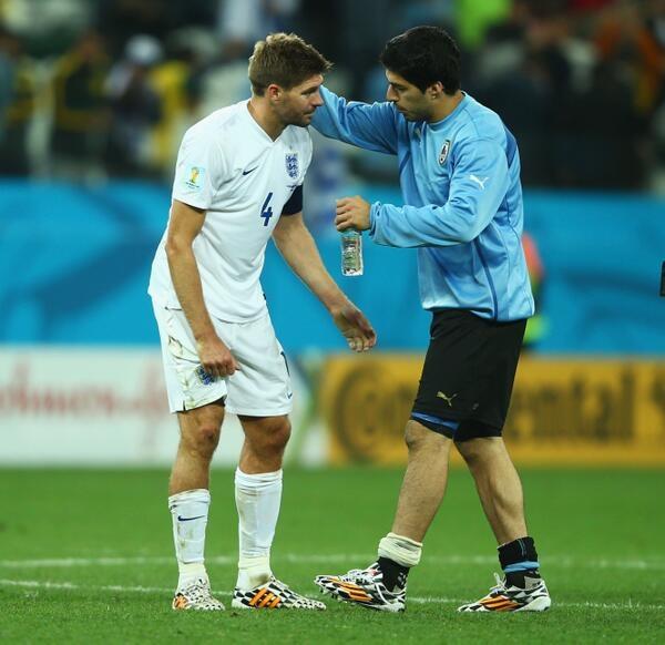 Suarez an ủi Gerrard sau trận thua Uruguay
