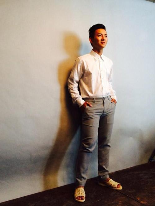 """Mới đây, trên trang cá nhân của nam ca sĩ Hoài Lâm đã đăng một bức ảnh ghi lại khoảnh khắc anh chàng này đang mang một đôi dép tổ ong tạo dáng chụp ảnh. Với một hình ảnh hoàn toàn đối lập từ quần áo, đầu tóc rất trời trang với đôi chân đang mang đôi dép tổ ong, thay vì là đôi giày tây, Hoài Lâm đã gây ra nhiều sự thích thú cho các fan. Anh chàng còn chú thích: """"Lần đầu tiên chụp hình thời trang chuyên nghiệp thế này, hình như có gì đó ngộ ngộ thì phải ^^""""."""