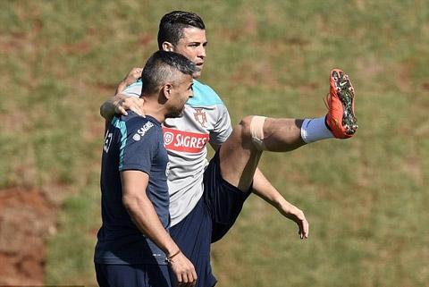 Ronaldo tập luyện cùng các trợ lý HLV