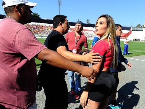 Andressa Urach - Siêu mẫu Andressa Urach đã khỏa thân và vẽ cờ Bồ Đào Nha lên người để cổ vũ Ronaldo trước khi World Cup 2014 khởi tranh. Mới đây, cô người mẫu nóng bỏng kiêm MC truyền hình này tiếp tục đến sân tập của Bồ Đào Nha ở Sao Paulo để thu hút cánh cầu thủ triệu phú, nhưng Andressa đã bị bảo vệ đuổi khỏi sân tập vì tội cố tình gây rối, quấy nhiễu các cầu thủ.
