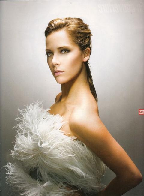 """Melissa Theuriau - Nữ MC người Pháp từ chỗ ít tên tuổi bỗng trở thành một hiện tượng, một biểu tượng sexy sau khi fan đăng clip lên Youtube với tiêu đề: """"Nữ phóng viên xinh đẹp""""."""