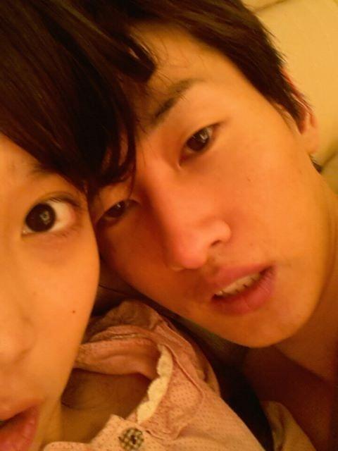 Nghi án thân mật của cặp IU và Eunhyuk (Super Junior) là một trong những tin hot nhất năm 2012, dù chưa bao giờ được thừa nhận. Tất cả bắt nguồn từ bức ảnh IU vô tình đăng tải lên Twitter, trong đó cỗ máy nhảy của Super Junior tựa vào vai IU, trông khá uể oải, và có vẻ như đang cởi trần.