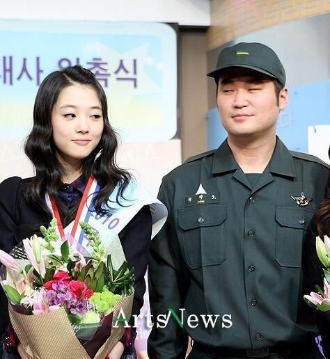 """Tháng 9/2013, báo chí Hàn tung ra ảnh chụp lén Sulli f(x) và Choiza (Dynamic Duo) nắm tay hẹn hò vào buổi sáng trên đường phố Seoul. Đáng nói hơn, một bức ảnh khác chụp cảnh hai người cùng ngồi uống rượu trong quán nhậu vào buổi tối cho thấy Sulli cùng mặc một bộ quần áo. Nghi án Sulli hẹn hò và qua đêm với nghệ sĩ nam 34 tuổi khiến tất cả sững sờ. Mặc dù bằng chứng rất rõ ràng, nhưng công ty SM Entertainment khăng khăng phủ nhận. Cho tới nay, câu chuyện mối quan hệ đàn anh - đàn em """"thân mật quá đà"""" vẫn bị liệt vào danh sách scandal tình ái gây choáng nhất trong Kpop. Hình ảnh của Sulli cũng chịu ảnh hưởng nặng nề."""