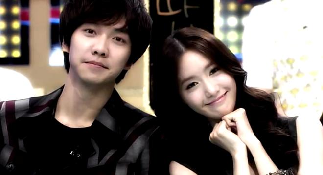 """Chuyện tình Yoona (SNSD) - Lee Seung Gi bùng nổ đầu năm nay, được xem là """"bom tấn hẹn hò"""", gây bão khắp cộng đồng Kpop chứ không riêng gì fan của SNSD. Là thành viên nổi tiếng nhất nhóm, Yoona cũng là người đầu tiên thừa nhận tin có bạn trai. Điều may mắn là fan của đôi bên đều hài lòng về nửa kia của thần tượng. Cả 2 đều sở hữu hình tượng nói không với scandal. Lee Seung Gi thường xuyên chọn Yoona là hình mẫu lý tưởng trong nhiều năm qua. Dù đau lòng, phần lớn fan đều chúc phúc cho cặp đôi."""