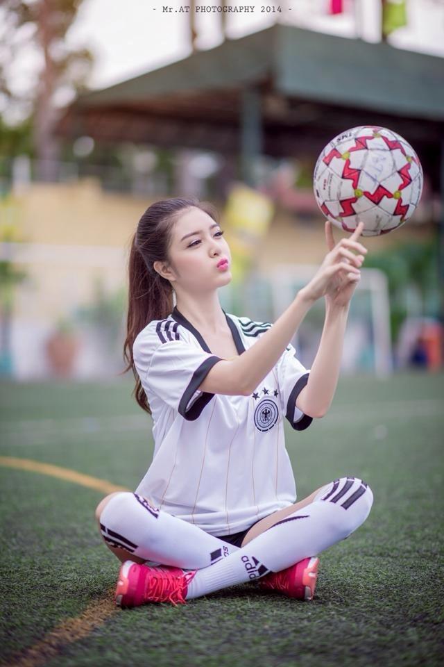 Hot girl Lily Luta - bạn gái cũ của Bùi Anh Tuấn cũng tung ra một bộ ảnh rất dễ thương trong ngày hội bóng đá hè 2014. Bộ ảnh được xem là một sự lột xác bất ngờ vì Lily Luta thường xuất hiện trong hình ảnh nữ tính, trong sáng như búp bê. Ảnh: Mr.AT.