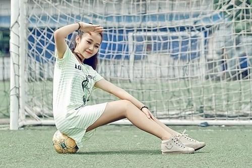 Tam Triều Dâng - bạn gái tin đồn của Quán quân Gương mặt thân quen Hoài Lâm - thể hiện tình yêu bóng đá bằng bộ ảnh trên sân cỏ. Không nóng bỏng như các đàn chị, Tam Triều Dâng gây ấn tượng mạnh với sự trẻ trung, năng động và đáng yêu.