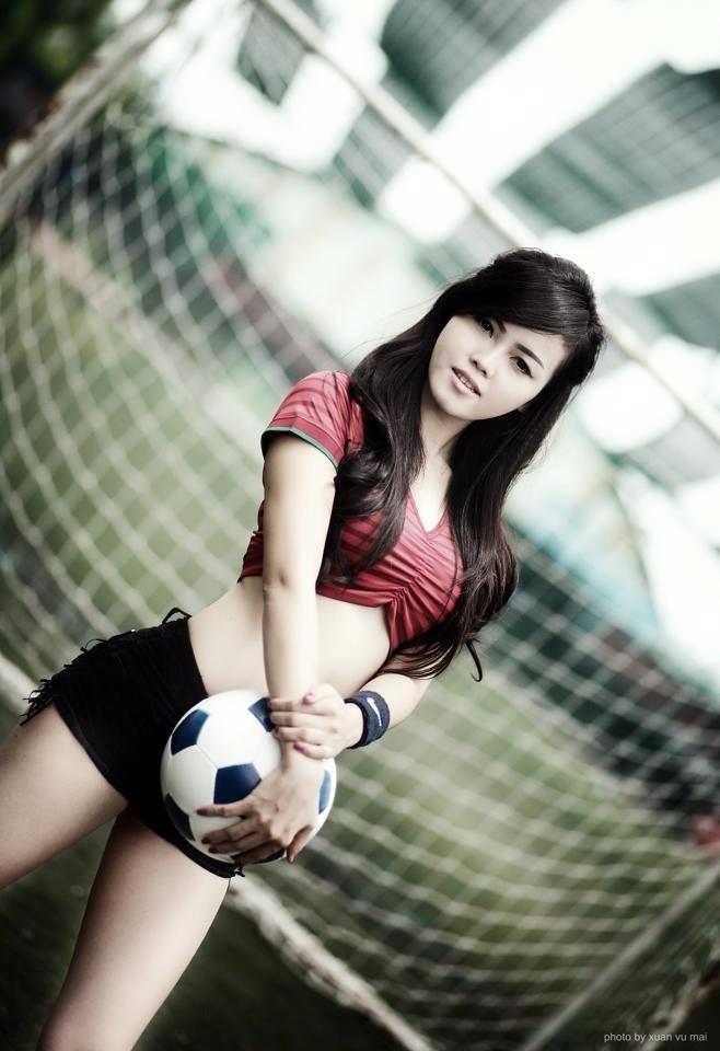 Bạn gái hot girl của thủ môn SHB Đà Nẵng Lê Văn Hưng - Phương Thảo cũng tung ra bộ ảnh nóng để cổ vũ Ronaldo và đồng đội tại World Cup. Ảnh: FBNV.