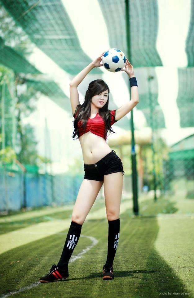 Nàng WAGs Việt sinh năm 1990 cá tính và gợi cảm trong màu áo đội tuyển quốc gia Bồ Đào Nha. Ảnh: FBNV.