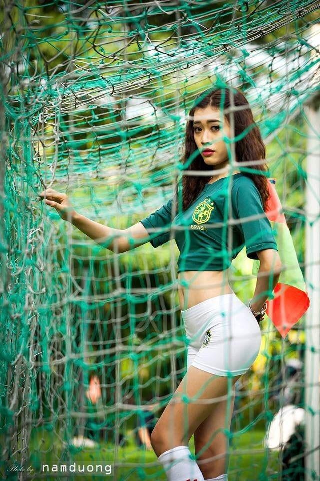 """Tuy nhiên, ít ai biết, Hồng Hạnh chính là cô con gái rượu của cựu vua phá lưới V.League 1994 Nguyễn Công Long. Không theo nghiệp cầu thủ nhưng chân dài 9X vẫn thừa hưởng tình yêu bóng đá từ cha. """"Từ khi còn nhỏ, mỗi mùa World Cup hay EURO, ba em đều theo dõi, xem cùng ba nên dần em cũng mê luôn và rất chờ đợi World Cup đến"""" - Hồng Hạnh tâm sự. Cô tin năm nay, Brazil sẽ lên ngôi vô địch lần thứ 6. Ảnh: Nam Dương"""