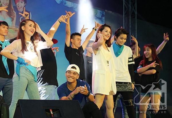 Trên nền nhạc ca khúc chủ đề của chương trình, Ngọc Thảo, Cường Seven, Chi Pu và Gil Lê đã mang đến một bài nhảy chung của cả 4 người, mở đầu cho một đêm diễn đầy sôi nổi và hứng khởi khiến cho những bạn trẻ tham gia không ngừng hò reo và phấn khích.