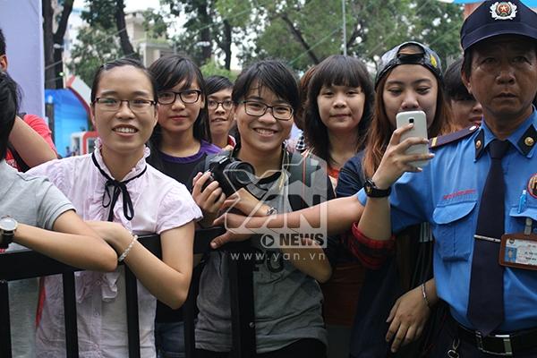 Rất nhiều bạn trẻ xin tranh nhau chỉ để xin cữ kí và chụp hình chung với thần tượng của mình.
