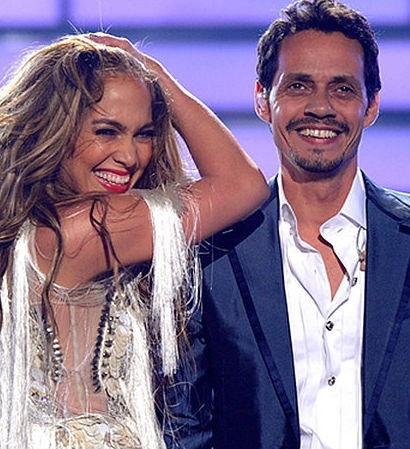 """Jennifer Lopez và Marc Anthony đã hát chung vài lần trước khi họ kết hôn. Dù không còn gắn bó cuộc sống với nhau nữa, màn trình diễn tiếng Tây Ban Nha ca khúc """"No Me Ames"""" năm 2012 của họ vẫn sống mãi."""
