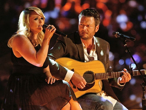 """Miranda Lambert và Blake Shelton thể hiện tình yêu qua nhiều cách trong đó có âm nhạc. Cả hai cùng sáng tác ca khúc """"Over You"""" cho album của Miranda. Sau đó, họhát cùng nhau trong chương trình The Voice"""