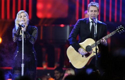 """Avril Lavigne và chồng Chad Kroeger viết ca khúc """"Let Me Go"""" cho album mới nhất của cô và trình diễn cùng nhau trên sân khấu tháng 10 năm ngoái."""