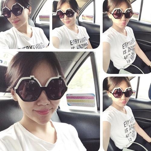 Văn Mai Hương khoe cặp mắt kính hàng hiệu có hình dáng rất to. Cô nàng tin rằng với chiếc kính big size này, làn da của cô sẽ không còn bị nám và rám nắng.