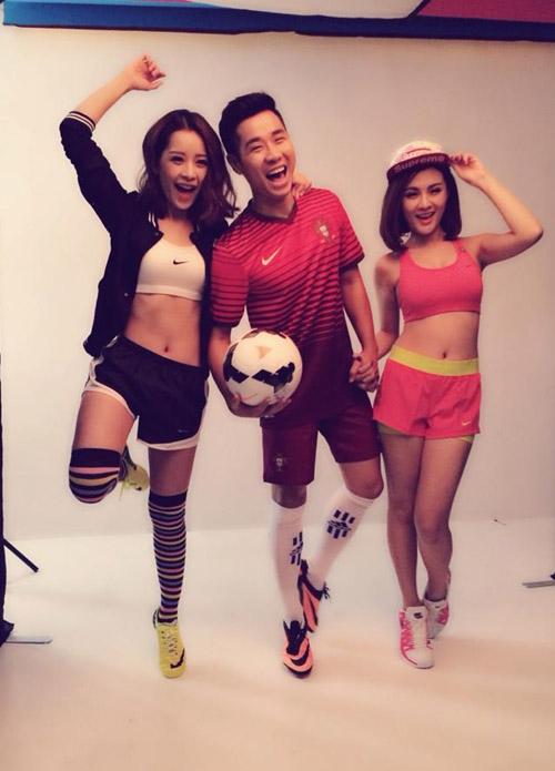 Bắt kịp theo phong trào World Cup đang diễn ra, 2 cô nàng hotgirl Chi Pu vàKelly Nguyễn đã có 1 buổi chụp ảnh cùng với anh chàng MC đa tài Nguyên Khang. Cả ba đang cùng hô vang, nêu cao tinh thần bóng đá và cổ vũ cho các đội tuyển trong mùa World Cup 2014 này.