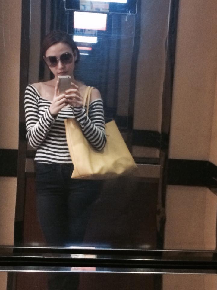 """Ngân Khánh ăn mặc giản dị để chuẩn bị lên đường đi quay phim. Đứng trong thang máy, cô nàng không quên chụp một vài tấm ảnh tự sướng. Ngân Khánh còn dọa mọi người: """"hình như trong hình có bóng đứa bé phải không nhỉ?"""""""
