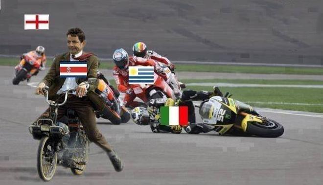 """HLV """"Mr Bean"""" dùng chiếc xe cà tàng chiến thắng trong cuộc đua với Italy, Uruguay và Anh trên đường đua khốc liệt bậc nhất thế giới với đầy rẫy tai nạn."""