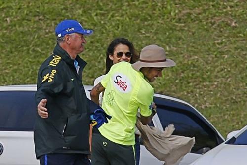 Neymar không ngần ngại diễn cảnh nóng với bạn gái chốn đông người