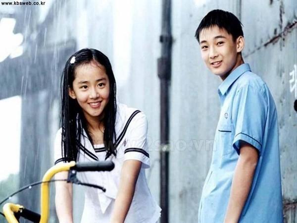 Choi Woo Hyuk và Moon Geun Young hóa thân thành cặp đôi Joon Suh và Eun Suh thời niên thiếu trong Trái tim mùa thu.