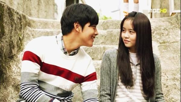 Yeo Jin Goo và Kim So Hyun thể hiện cặp đôi Han Jung Woo và Lee Soo Yeon thời đi học trong bộ phim truyền hình bi thương Missing you.