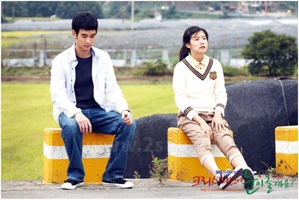 Kim Soo Hyun và Nam Ji Hyun thể hiện nhân vật Cha Kang Jin và Han Ji Wan thời niên thiếu trong Will it snow for christmas.