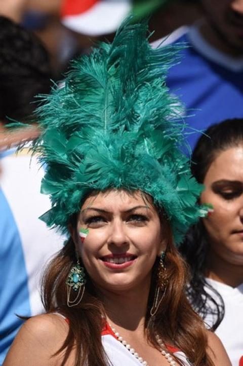 Nữ CĐV này gây chú ý với chiếc mũ lông đặc biệt