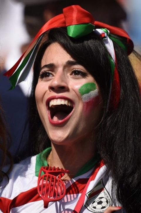 [Bóng Đá] Nữ CĐV Iran ăn mặc táo bạo cổ vũ đội nhà