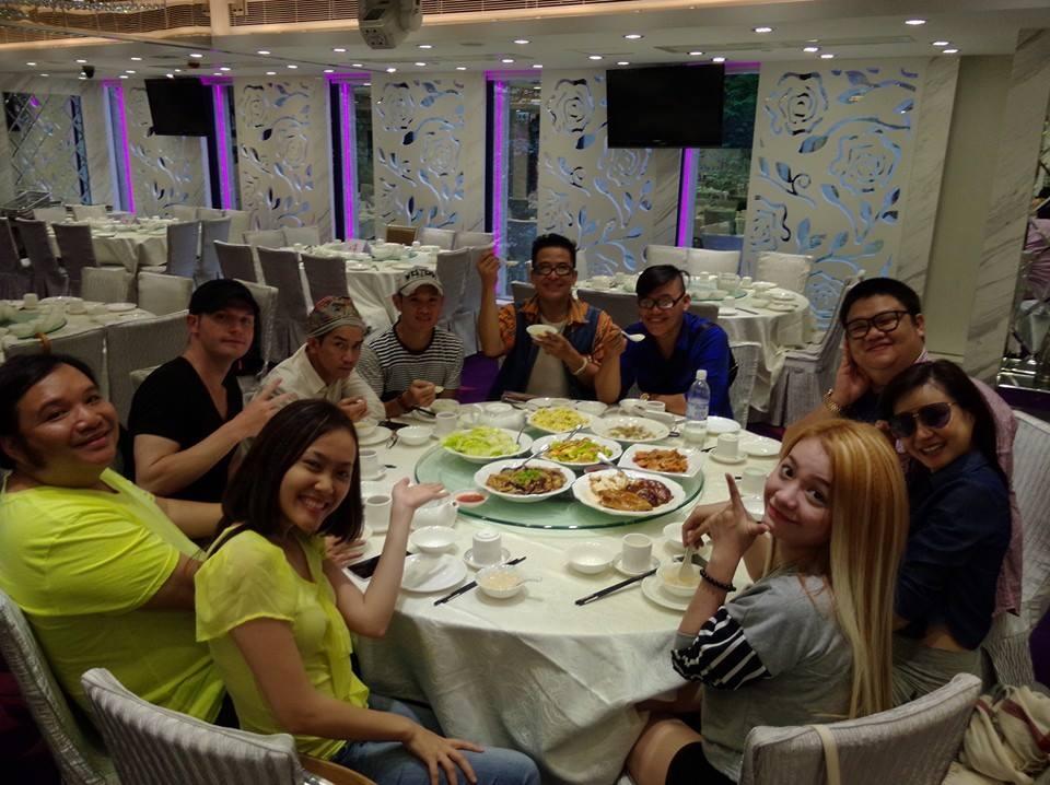Đại gia đình Gương mặt thân quen đang có một chuyến du hí tại Hồng Kông. Giờ đây, các thành viên tham gia Gương mặt thân quen coi nhau như người thân trong gia đình, tình cảm ngày thêm thắt chặt.